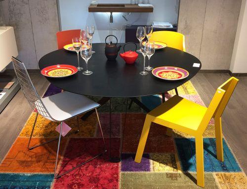 Nouvel aménagement séjour : Table ronde en chêne, tapis artisanal patchwork, Chaises Nata…