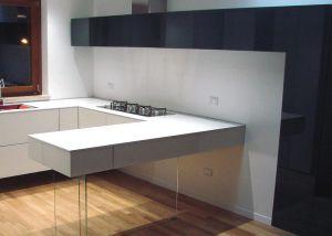 cuisine-suspendu-noir-blanc